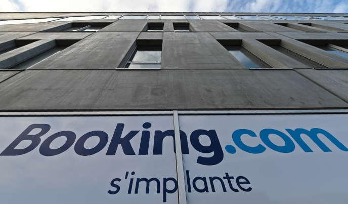 Le logo de la plate-forme de réservation d'hébergements en ligne, sur un immeuble de Tourcoing (Nord), le 4 octobre 2019.