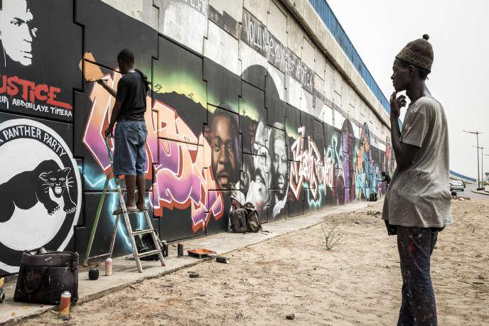 La fresque monumentale peinte par le collectif Radikal Bomb Shot (RBS), à Dakar, le 15 juin 2020.