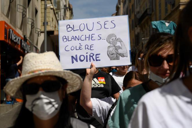 A Marseille, plusieurs centaines de personnes se sont rassemblées près de la gare Saint-Charles, en musique et en fanfare, infirmières en tête.