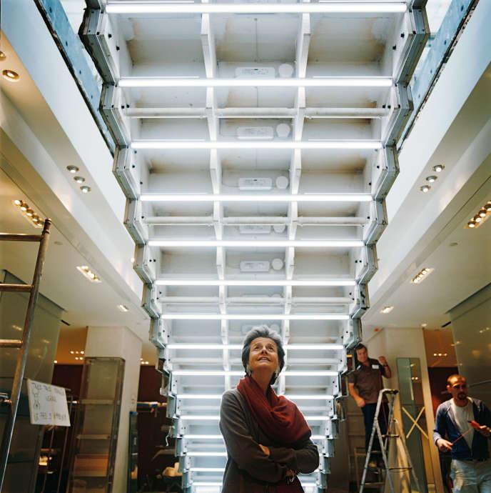 Rena Dumas sous l'escalier de verre de la maison du 24 rue du Faubourg-Saint-Honoré, à Paris, pendant les travaux de rénovation en 2006.