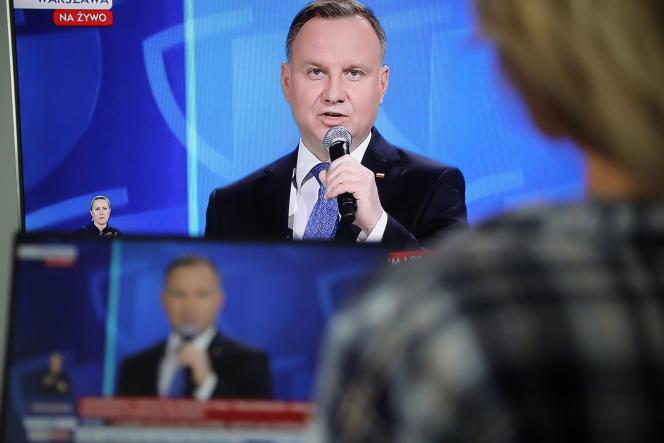 Le président polonais Andrzej Duda, à la télévision, lors d'une conférence de presse sur la situation de la pandémie de coronavirus à Varsovie, le 19 mai.