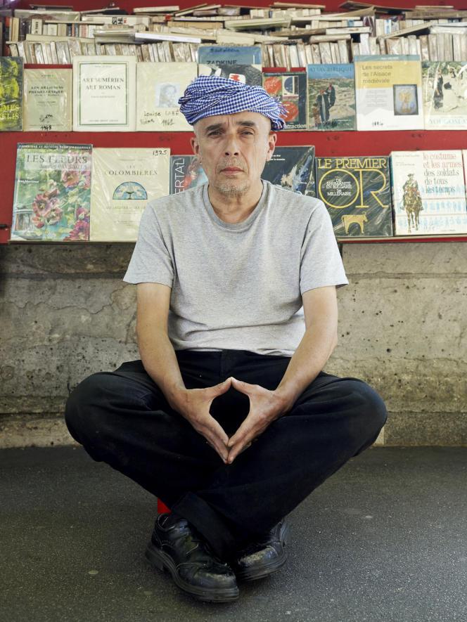 Tai-Luc Nguyen Tan, bouquiniste et ancien leader du groupe rock punk «La Souris déglinguée», sur le quai de Gesvres, le 29 mai à Paris.