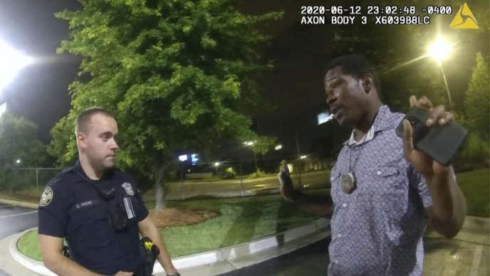 Sur cette image rendue publique par la police d'Atlanta, Rayshard Brooks est arrêté par le policierGarrett Rolfe sur le parking d'un fast-food, quelques minutes avant d'être tué par balles par la police.