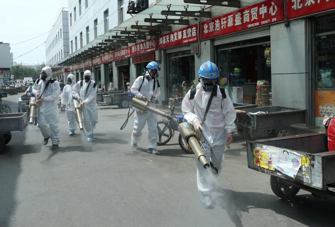 Opération de désinfection sur le marché de Yuegezhuang, à Pékin, mardi 16 juin.