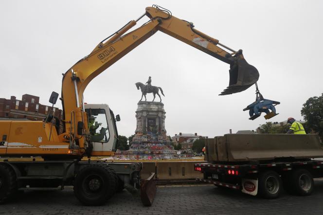 Les services de l'Etat de Virginie installent des murets en béton autour de la statue du général Lee, le 17 juin 2020.
