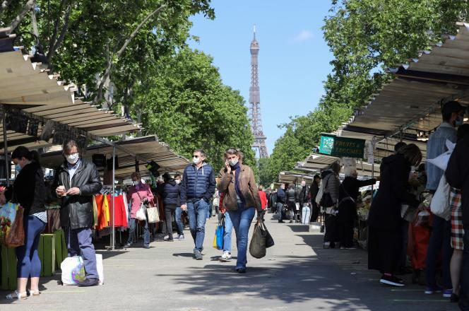 Dans un marché près de la tour Eiffel, à Paris, le 14 mai.