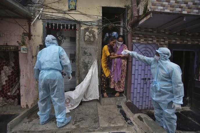 Lors d'un contrôle sanitaire, le 17 juin à Bombay (Inde).