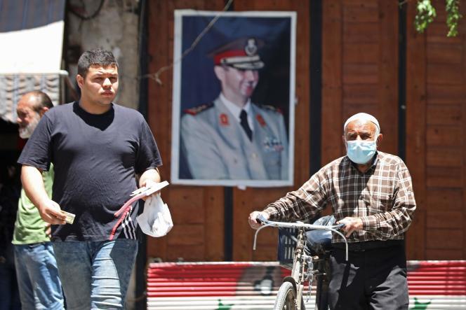 Un portrait de Bachar Al-Assad dans les rues de Damas, le 16 juin.