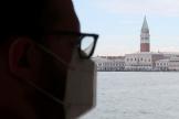Un homme porte un masque, à Venise, en Italie le 17 juin 2020.