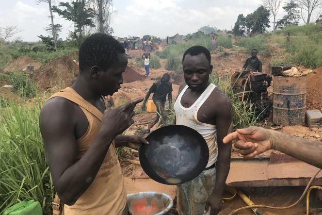 Orpailleurs travaillant sur une mine clandestine proche de Oumé (Côte d'Ivoire), le 12 décembre 2019.
