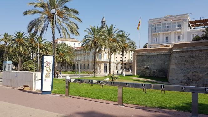 Face à l'hôtel de ville, des capteurs ont été installés en haut des bornes de location de vélos. En tout, Carthagène en compte sept et espère en installer seize autres dans le cadre du déploiement de son plan de monitorage de la ville.