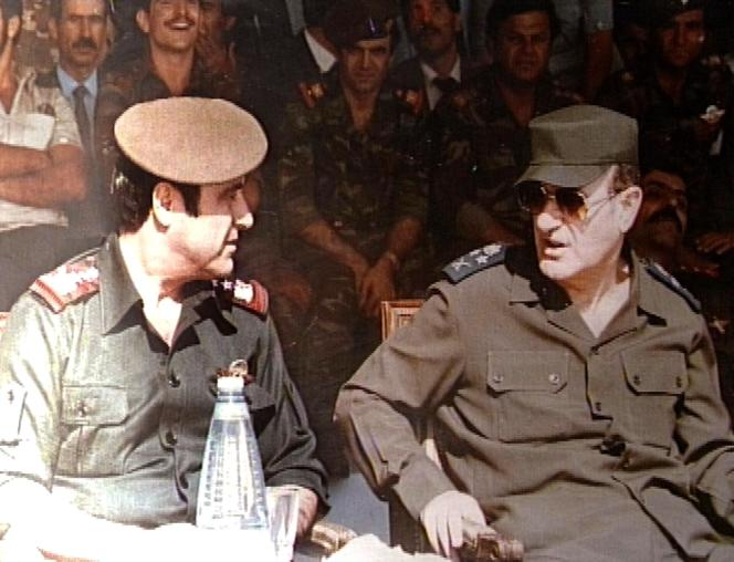 Le président syrien Hafez Al-Assad (à droite, disparu en 2000) et son frère Rifaat, à Damas, en janvier 1984.