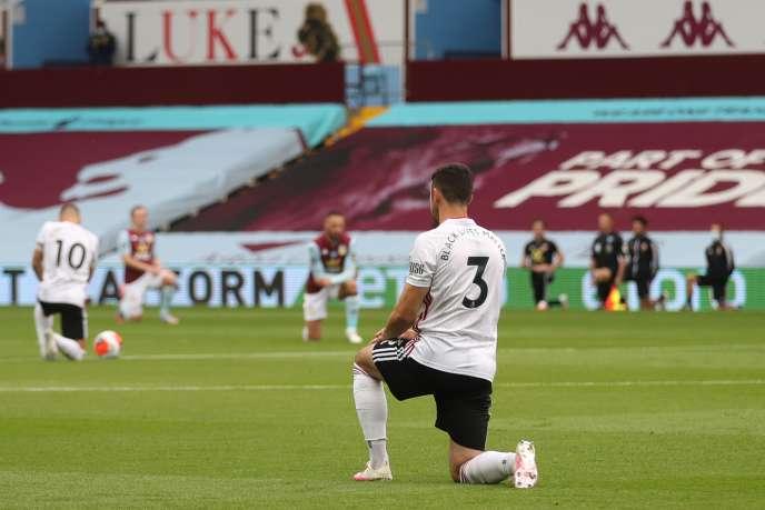 Avant le match entre Aston Villa et Sheffield United, mercredi 17 juin, les joueurs ont posé un genou à terre en mémoire de George Floyd.