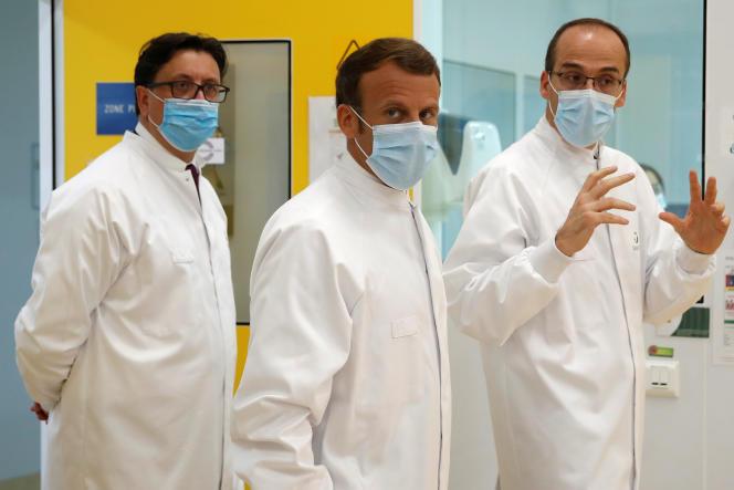 Emmanuel Macron visite le site de recherche et de production de vaccins de Sanofi, l'un des plus importants au monde, à Marcy-l'Etoile, le 16 juin.