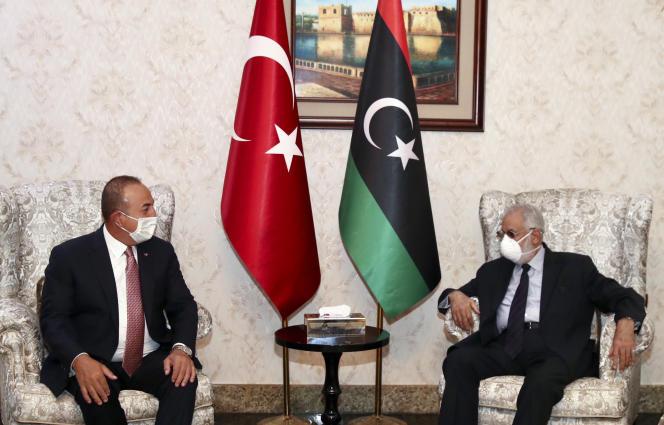 Le ministre turc des affaires étrangères, Mevlut Cavusoglu (à gauche) et son homologue libyen,Muhammed Tahir Siyala, le 17 juin à Tripoli.