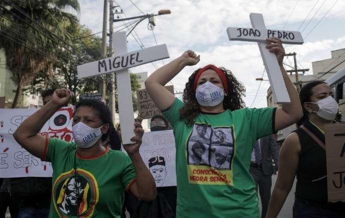 Lors d'une manifestation contre les violences policières,le 5 juin à Rio de Janeiro, sur une croix, le nom de João Pedro, 14 ans, tué par la police.