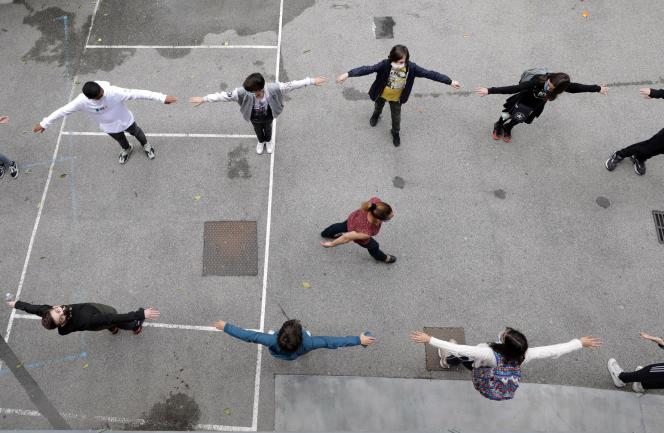 Des élèves pratiquent la distanciation sociale, dans un collège, le 19 mai à Nice.