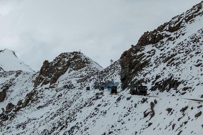 Des véhicules de l'armée indienne près de Chang La (Ladakh), à la frontière entre l'Inde et la Chine, le 17 juin 2020.