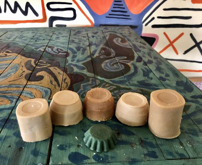 Les savonsd'Alt. Soap sont moulés dans des pots de yaourt récupérés de l'entreprise malgache Socolait.