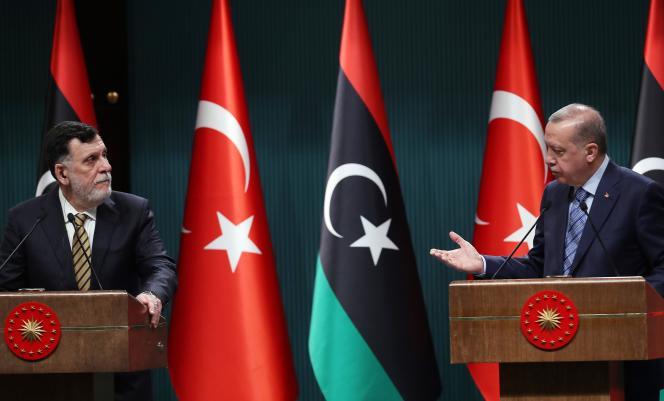 Le premier ministre libyen, Faïez Sarraj, et le président turc, Recep Tayyip Erdogan, lors de leur rencontre à Ankara, le 4 juin.