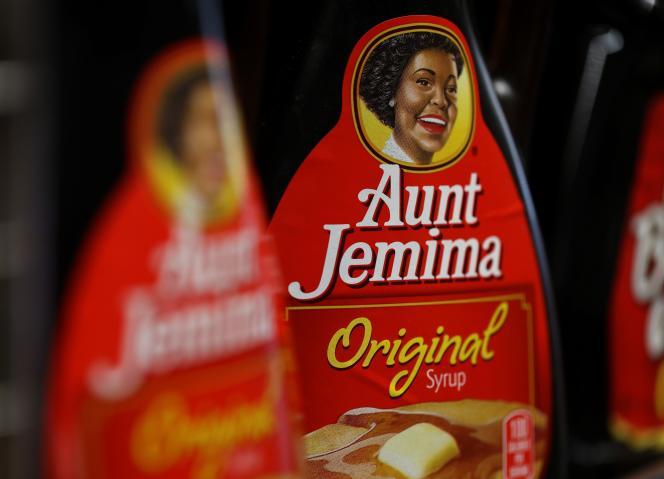 Des bouteilles de sirop pour pancakes de la marque Aunt Jemima, dans un supermarché, àSan Rafael, en Californie, le 17 juin.