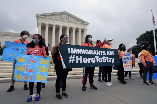 Des étudiants bénéficiaires du programme DACA se félicitent de la décision de la Cour suprême, devant son siège, à Washington, le 18juin.