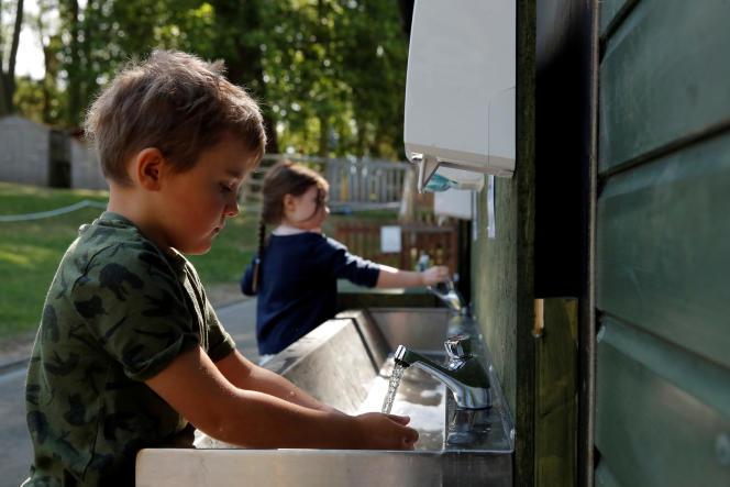Des enfants se lavent les mains lors dela réouverture de l'école Heath Mount,à Watton-at-Stone, en Grande-Bretagne, le 2 juin.