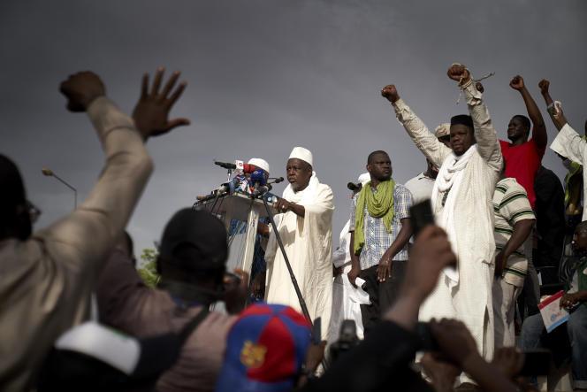 L'imam Mahmoud Dicko (au centre) lors de la grande manifestation du 5 juin 2020, à Bamako.