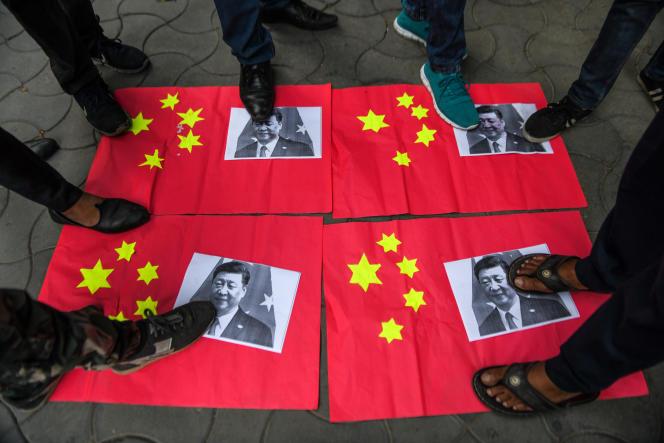 Après la confrontation entre soldats chinois et indiens dans l'Himalaya entre les15et 16juin, des militants des organisations Bajrang Dal et Vishwa Hindu Parishad (VHP) piétinent des drapeaux chinois et des affiches du président Xi Jinping, à Amritsar (Pendjab), le 17 juin 2020.