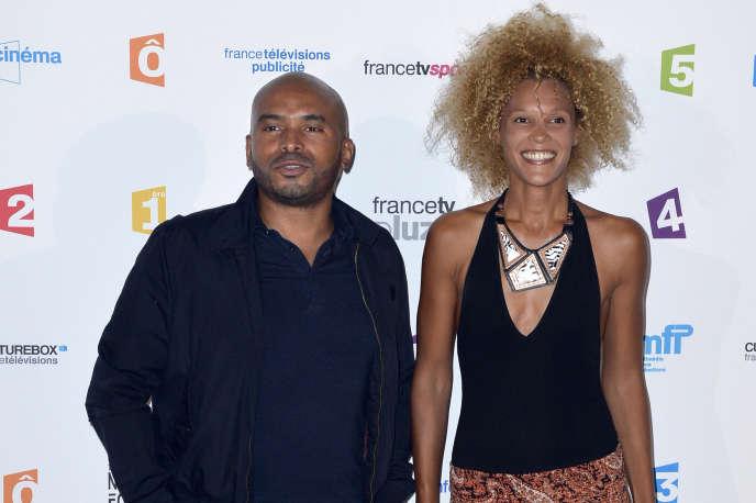 L'animateur Ali Rebeihi et la présentatrice Amanda Scott lors d'une conférence de presse de France Télévisions au Palais de Tokyo, à Paris, en août 2013.