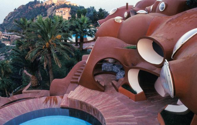 Le Palais Bulles, à Théoule-sur-Mer, forme une grappe de sphères suspendues entre Estérel et Méditerranée sur plus de 2 000 mètres carrés.