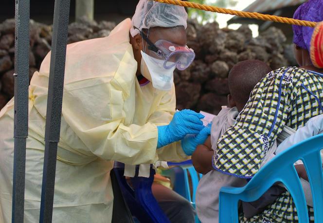 Une infirmière injecte un vaccin anti-Ebola à un enfant à Goma, en République démocratique du Congo, en août 2019.