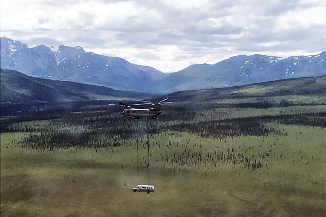 Image du bus et du CH-47Chinook le transportant fournie par la garde nationale américaine.