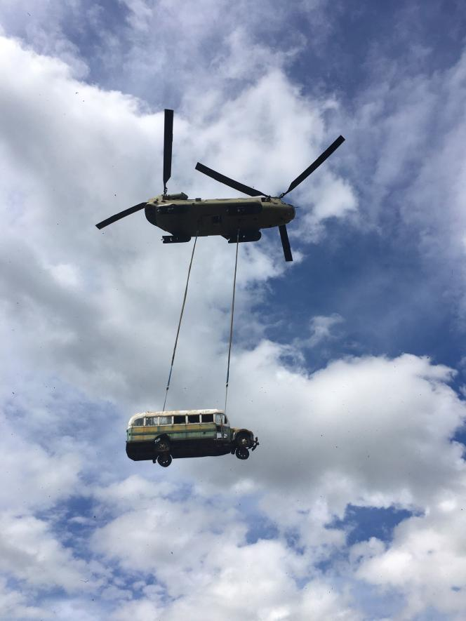 Un hélicoptère de l'armée américaine soulève le « Magic bus» duchemin de randonnée Stampede, en Alaska, jeudi 18 juin.