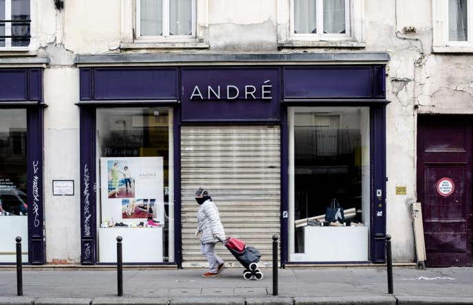 Une boutique André fermée, le 2 avril, en plein confinement imposé pour lutter contre la propagation du Covid-19, à Paris.