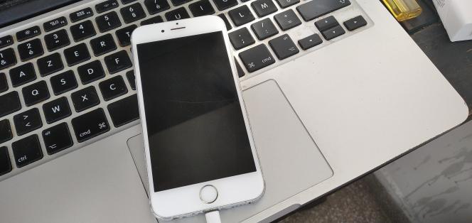 Le téléphone d'Omar Radi qui a été infecté par un logiciel espion.