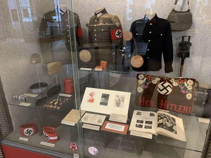 Vitrine du musée de l'histoire militaire autrichien présentant des objets de propagande nazie.