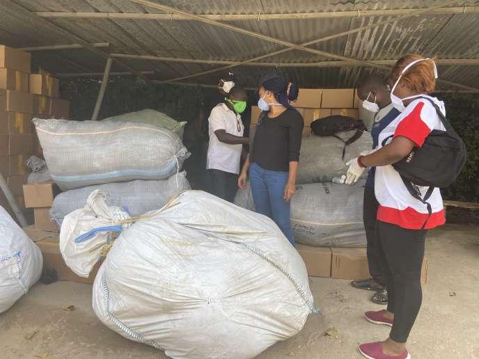 A Douala, début juin, stock de masques et de gel hydroalcoolique que l'association Survie-Cameroun Survival Initiative (SCSI) de l'opposant Maurice Kamto fait distribuer par ses militants aux Camerounais les plus démunis.
