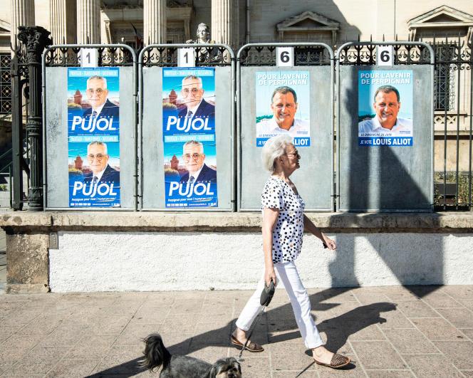 Affiches électorales en faveur de Jean-Marc Pujol et de Louis Aliot devant le Tribunal de grande instance de Perpignan, le 19 juin.