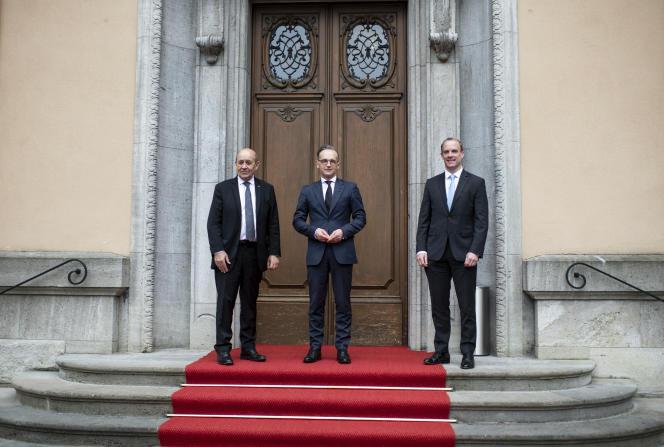 Le ministre allemand des affaires étrangères, Heiko Mass (au centre), entouré de ses homologues français, Jean-Yves Le Drian, et britannique, Dominic Raab, le 19 juin à Berlin.
