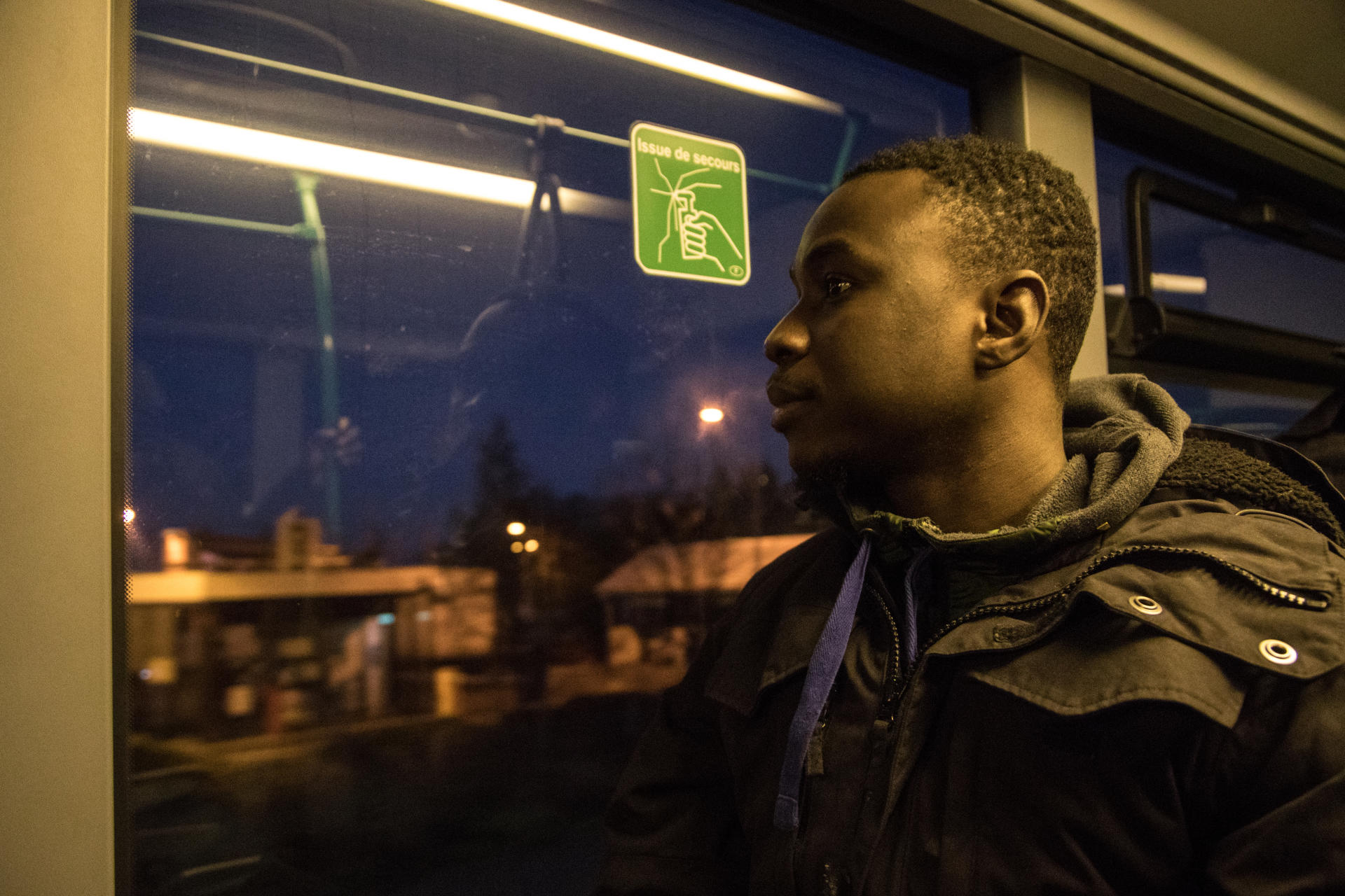 Abdoul (prénom modifié), ripeur intérimaire, emprunte un bus de nuit pour se rendre au travail.