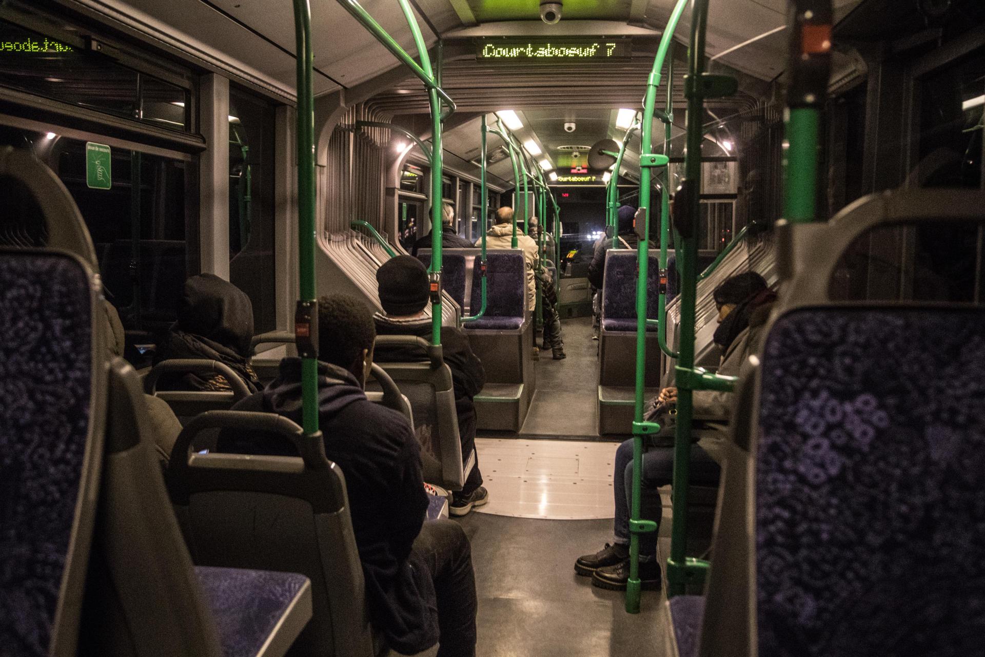Bus de nuit emprunté par Abdoul (prénom modifié), ripeur intérimaire, pour se rendre au travail. Il doit prévoir 1 h 30 de transport en commun.