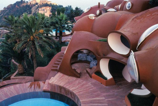 Le Palais Bulles, à Théoule-sur-Mer (Alpes-Maritimes), forme une grappe de sphères suspendues entre le massif de l'Esterel et la mer Méditerranée, sur plus de 2000 mètres carrés.