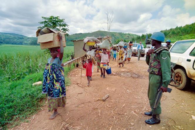 Des réfugiés rwandais fuient Kigali, le 11 mai 1994. La mort du président hutu Juvénal Habyarimana, le 6 avril, ayant déclenché un génocide de la population tutsi, soupçonnée d'être commanditaire de l'attentat, qui allait durer jusqu'au 17 juillet.