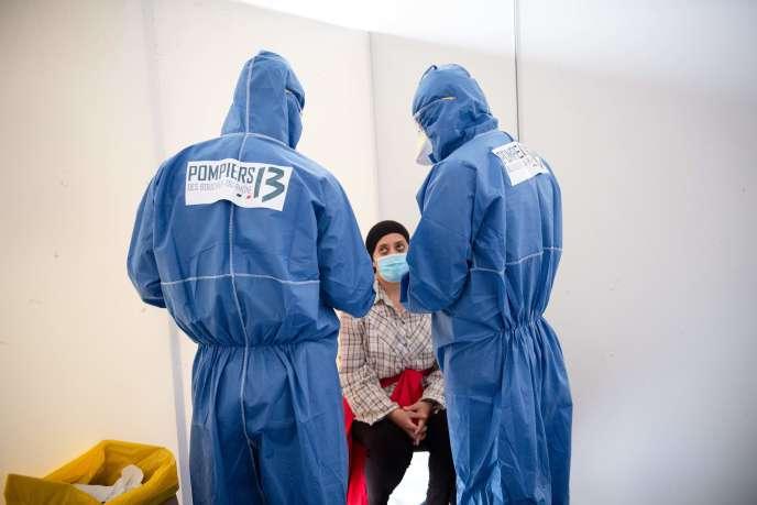 Une travailleuse saisonnière subit un test pour le SARS-CoV-2 pratiqué par des pompiers, dans un gymnase à Châteaurenard (Bouches-du-Rhône), le 10 juin 2020.