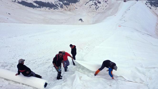 Chaque bande blanche fait 70 mètres de long sur 5 mètres de large.