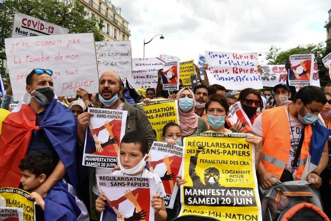 Dans la manifestation parisienne pour la régularisation des sans-papiers, samedi 20 juin.