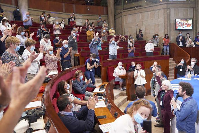 Les 150 citoyens de la convention citoyenne pour le climat remettent leurs conclusions à la ministre de la transition écologique et solidaire, Elisabeth Borne, le dimanche 21juin, à Paris.