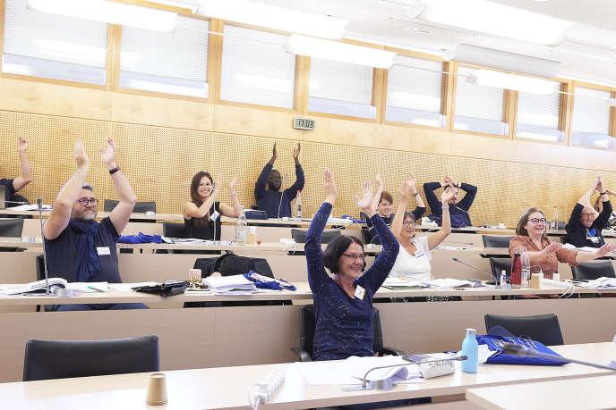 Les citoyens applaudissent après l'un des nombreux votes qui se sont succédé tout au long du week-end.