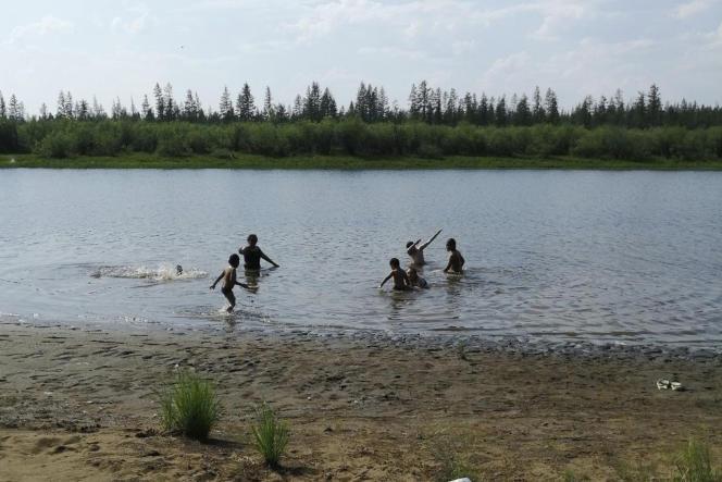 Des enfants jouent dans le lac Krugloe, près de Verkhoïansk, en République de Sakha, en Russie, le dimanche 21 juin 2020.